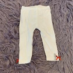 Vita leggings med röda små rosetter från Geggamoja stl 62/68