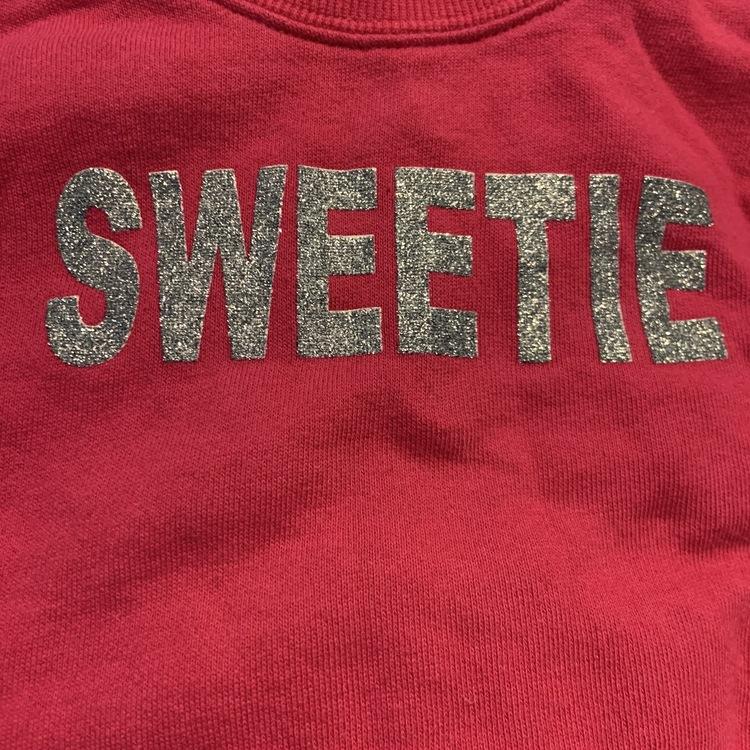 Lysande rosa collegetröja med silverglittrande texttryck från Made with love stl 68