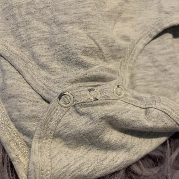 Ljusgråmelerad body med kanin mönster från Hust & Claire stl 68