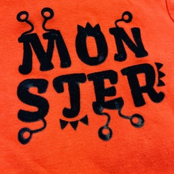 Orangeröd kortärmad body med svart sammets text från Tiny Monster stl 68