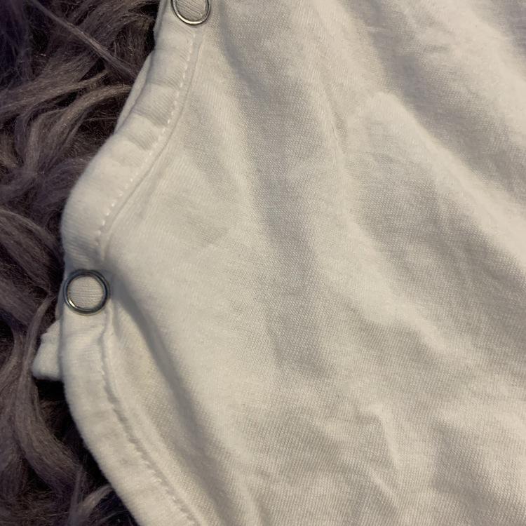 Vit omlottbody med ljusbrunt texttryck från Vi Föräldrar stl 68