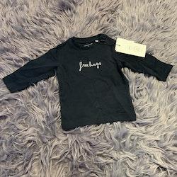 Mörkblå tröja med vit broderad text från Name it stl 68