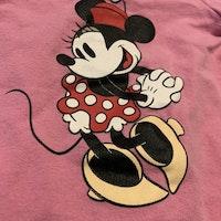 Rosa kortärmad body med vita långa ärmar och Mimmi tryck från Disney stl 68
