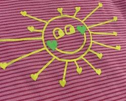 Rosa body med röda ränder, flerfärgade kantband och en sol i gult och grönt stl 68