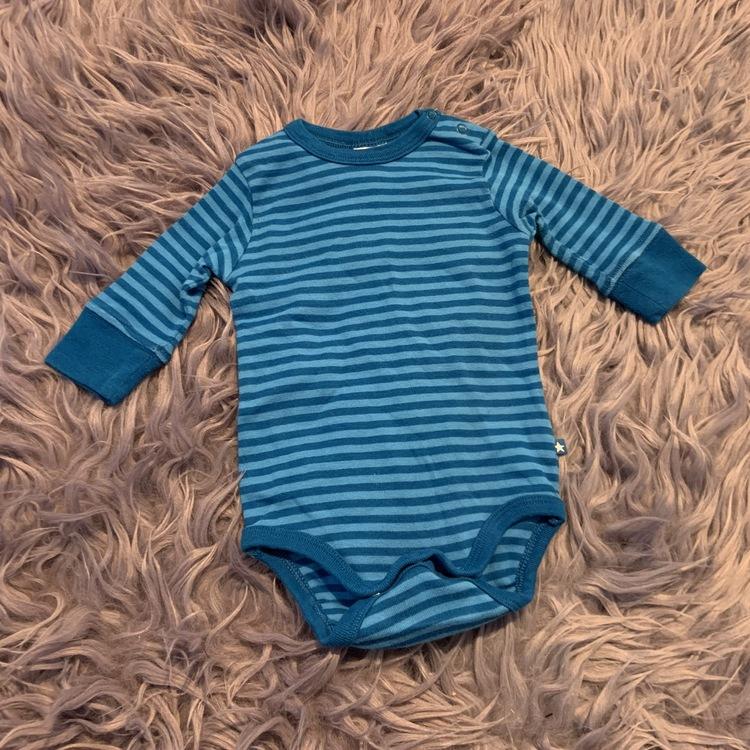 Ljusblå och blå randig body från Lindex stl 68