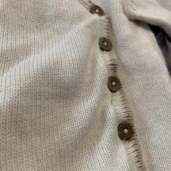 Stickad vit omlottkofta med beige detaljer från Newbie stl 68
