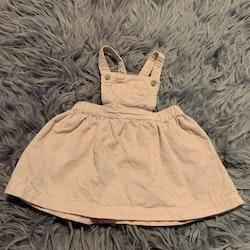 Ljusrosa manchester hängselkjol med hjärtformad ficka från Åhléns stl 68