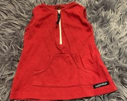 Röd ärmlös klänning med magficka och vit dragkedja från Villervalla stl 68