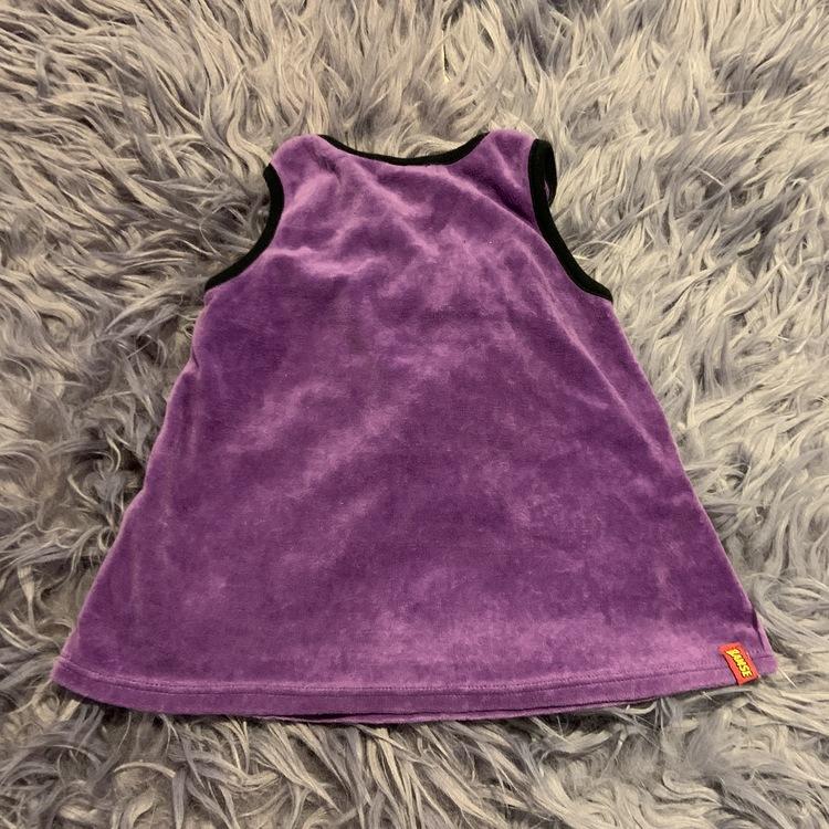 Lila hängselklänning med svarta kantband, fickor och en broderad Lille Skutt från Lindex stl 68