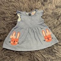 Vit ärmlös klänning med blå ränder och rosa kanin applikationer från Primark stl 68