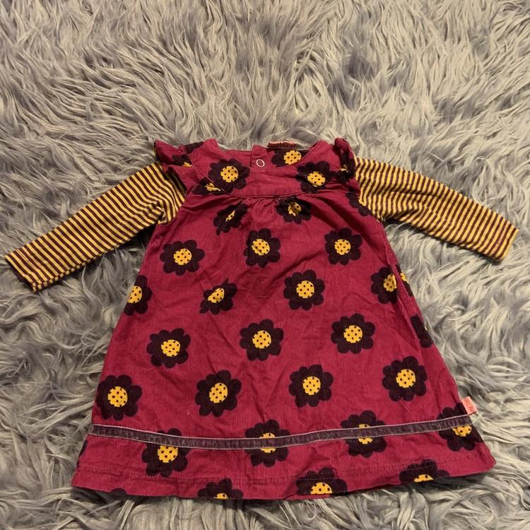 Ärmlös rosa lila manchesterklänning med lila, gult och svart blommönster samt ditsydda lila och gula ärmar från Me Too stl 68