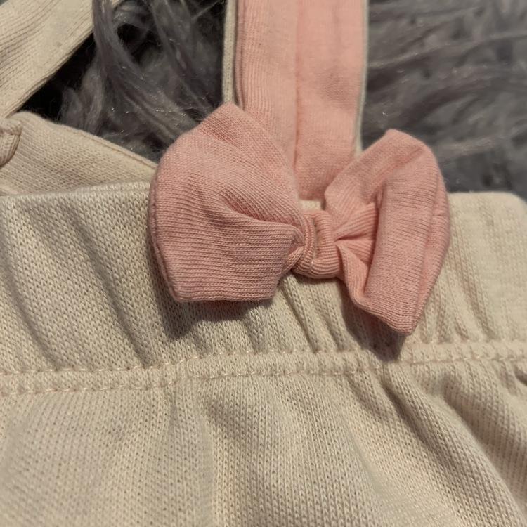 Ljusrosa hängselkjol med kaninöron, rosett och kanintryck från HM stl 68