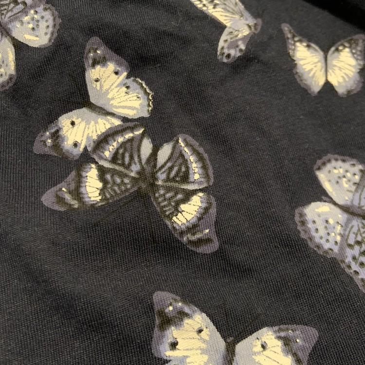 Mörkblå klänning med volanger och fjärilar i vitt och olika blå nyanser från HM stl 68