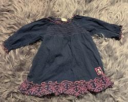 Mörkblå klänning med rosa detaljer inkl. hålbroderier från Lindex stl 68