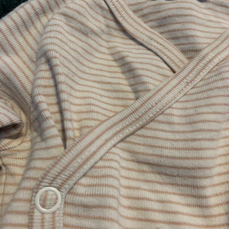Vit och rosa randig omlottbody samt matchande rosa byxor med björn öron och ansiktstryck från Newbie stl 74