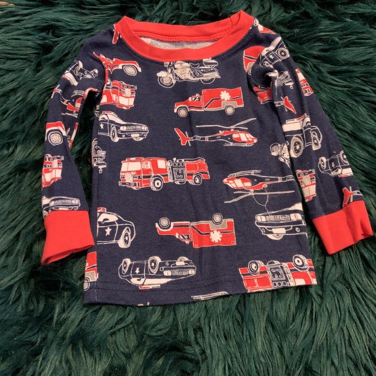 Pyjamas set i mörkblått, rött och vitt med mönster av brandbilar, helikoptrar och andra fordon från Carters stl 74
