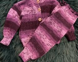 Handstickat set bestående av kofta och byxor i flera lila nyanser och fordonsdekorerade träknappar stl 6-9 mån