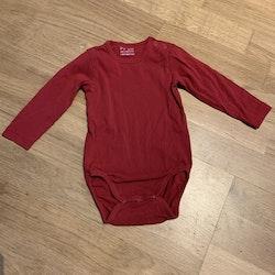 5 delat paket med en vit omlottbody, en grå omlottbody, en röd body, en svart collegetröja och en vit tröja från HM stl 74