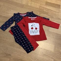 4 delat paket med körsbärstema i mörkblått, vitt och rött med två tröjor och två par leggings från Primark stl 74