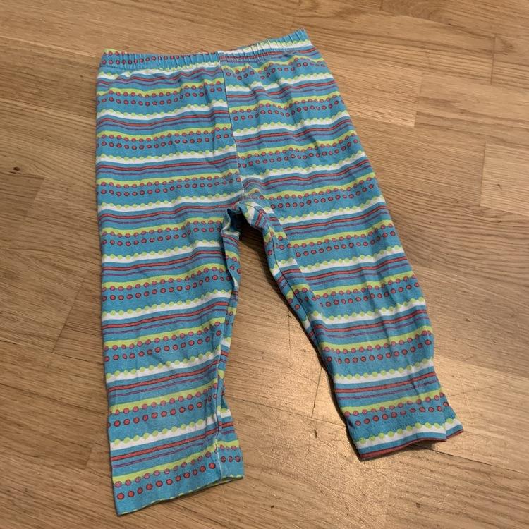 2 delat leggings paket med ett par rosa med vita prickar och ett par gröna med färgglada ränder från My wear stl 74