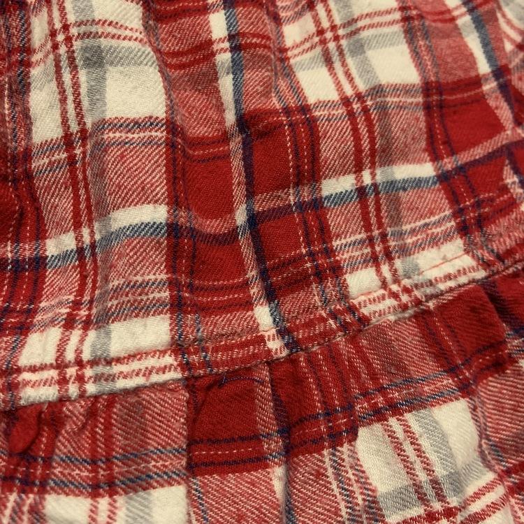 Röd, vit och mörkblå rutig klänning med lite broderier från Lindex str 74