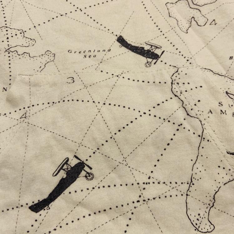Vit tröjbody med ficka och mörkblått kartmönster från Newbie stl 74
