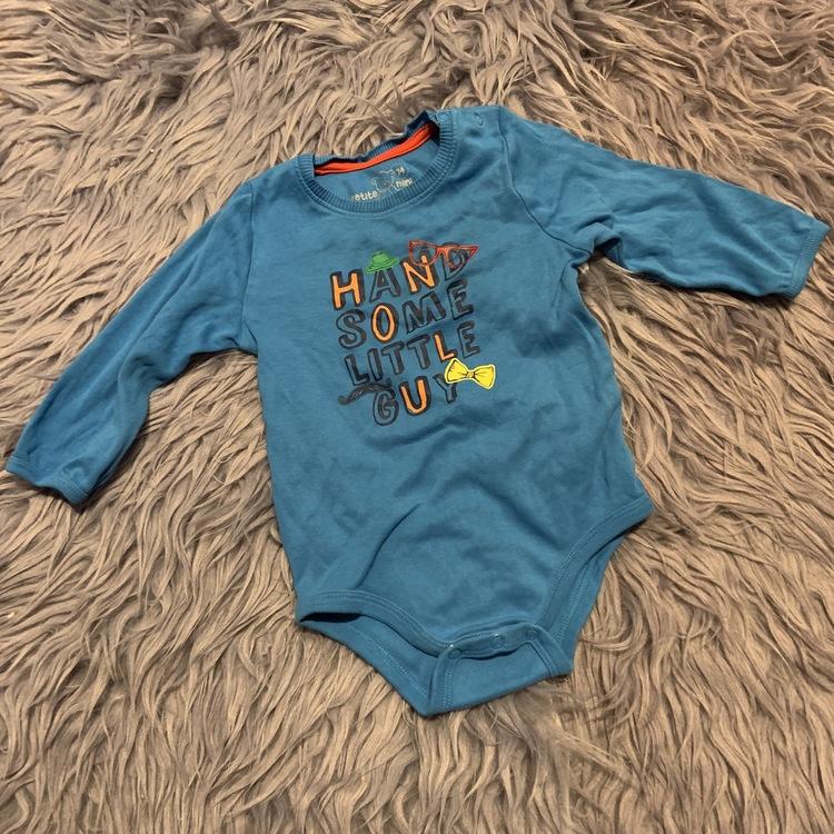 Blå body med flerfärgat texttryck från Petite mini stl 74