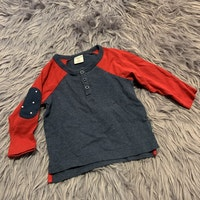 Gråblå och röd tröja med armbågslappar och farfarsknäppning från PoP stl 74