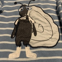 Blårandig tröja med snigelapplikation fram från PoP stl 74