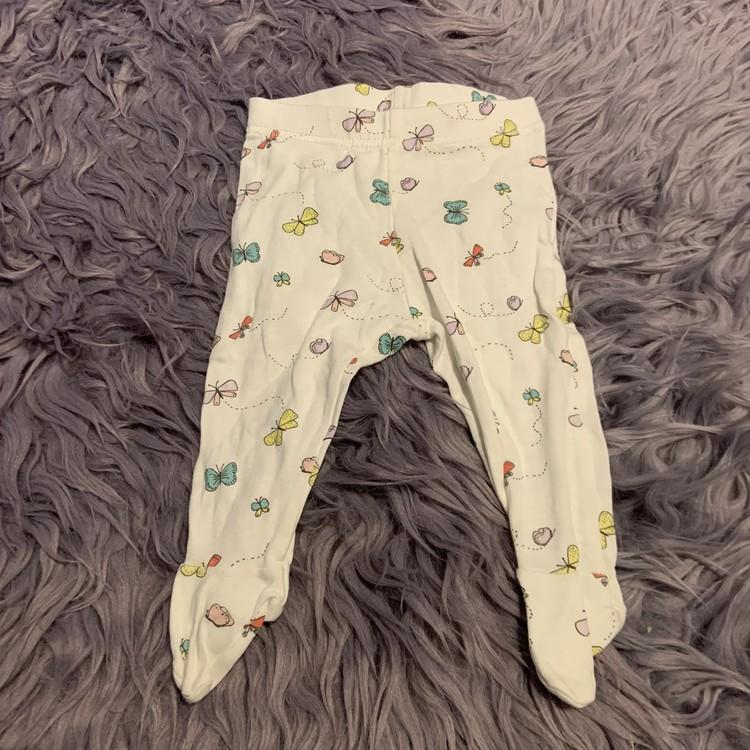 Ljusrosa omlottbody med fjärilar och texttryck med vita leggings med fötter och fjärilar från Lindex stl 68
