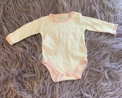 Vit body med rosa kantband och rosa och vit randig ärmlös jumpsuit med en giraffapplikation från Fixoni stl 50