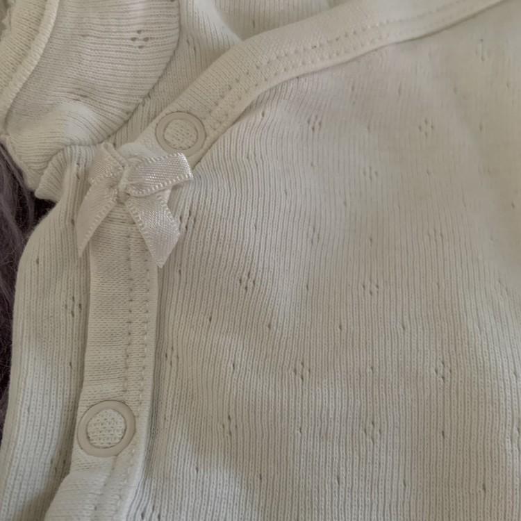 3 delat body paket med en vit ärmlös body, en grå ärmlös body och en vit kortärmad body från HM stl 50