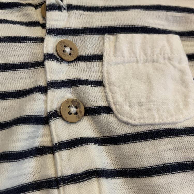 Vit kortärmad body med mörkblå ränder, ficka och farfars knäppning från Newbie stl 56