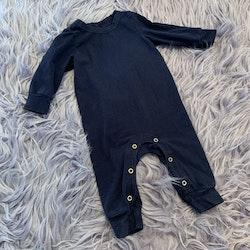 Svart pyjamas/jumpsuit från Mini Rodini stl 56/62