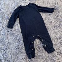Svart jumpsuit från Mini Rodini stl 56-62