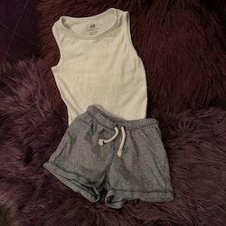 Vit ärmlös body och mörkblå och vit randiga shorts från HM stl 80