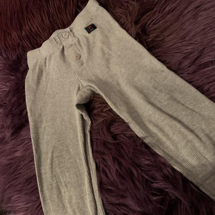 Grått ribbat set med body och leggings från PoP stl 80