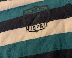 Randig t-shirt i vitt och två blå nyanser från PoP stl 80