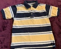 Randig piké i mörkblått, vitt och gult från OshKosh stl 108