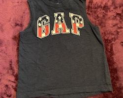 Mörkblått linne med texttryck i vitt och rött från GAP stl 104