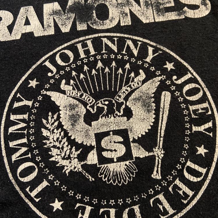 Svart t-shirt med vitt Ramones tryck från South West stl 98/104