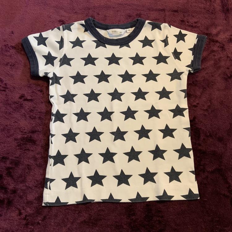 Vit t-shirt med mörkblå kantband och stjärnmönster från Lindex stl 98