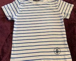 Vit t-shirt med blå ränder från Lindex stl 104
