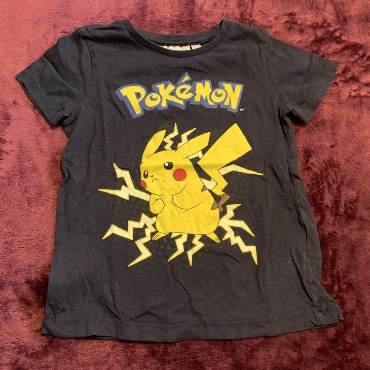 Mörkblå t-shirt med Pikachu från Pokemon stl 98/104