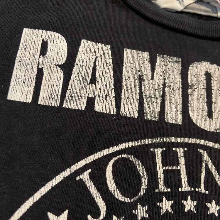 Svart t-shirt med grå kantdetaljer och vitt Ramones tryck från HM stl 98/104