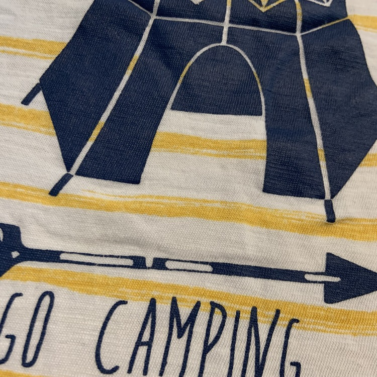Vit t-shirt med gula ränder och mörkblått tryck från Kappahl stl 98/104