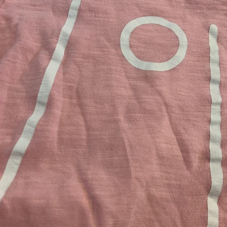 Rosa topp med vitt texttryck och snörning i sidorna från Club Xprs stl 98/104