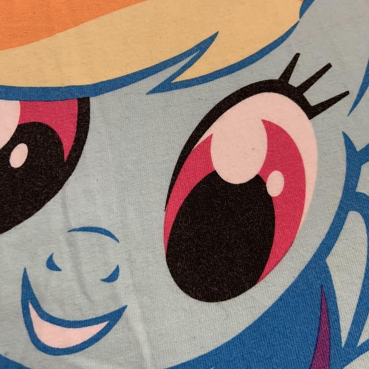 Vitt linne med rosa kantband och färgglatt MLP tryck från My Little Pony stl 98/104