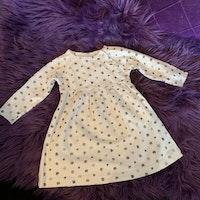 Beige klänning med glittriga fyrklöver i olika grå nyanser från Holly´s stl 62