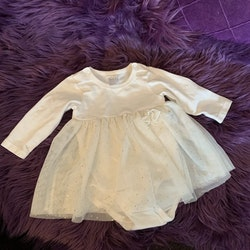 Off-white klänning med inbyggd body och tyllkjol med guldprickar från HM stl 62
